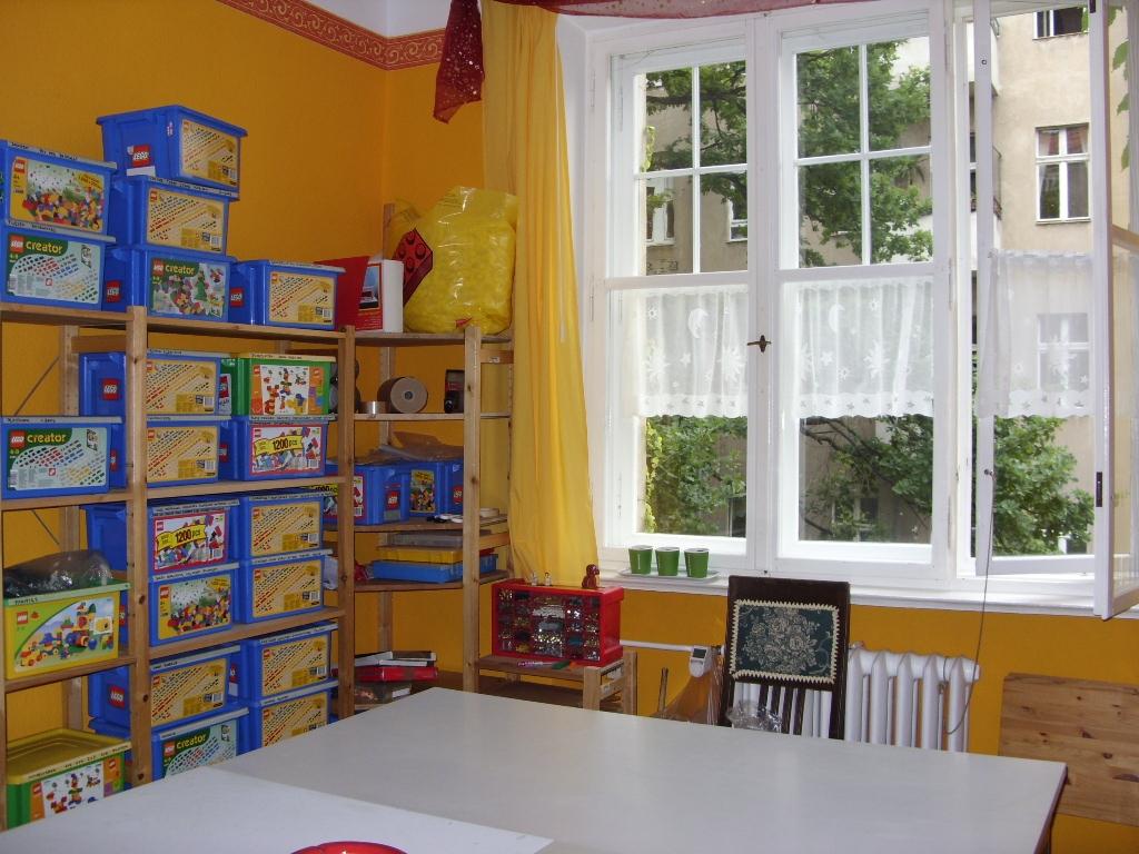 ein zimmer nur f r plastik lego bei. Black Bedroom Furniture Sets. Home Design Ideas